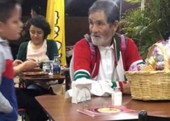 Niño gasta su premio de lotería en invitar a anciano a comer tacos 6