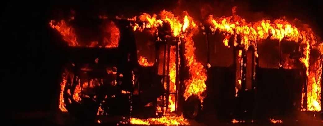 Se incendia camión del Acabús; no hay heridos