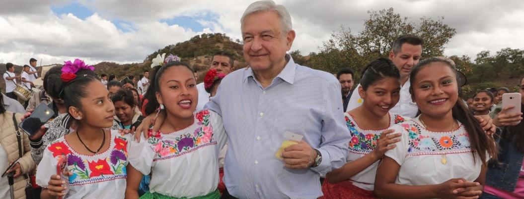 AMLO destaca construcción de camino a mano en Santos Reyes, Oaxaca