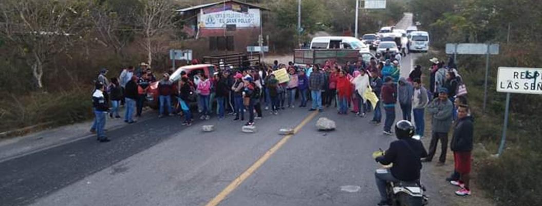 Padres de familia bloquean carretera Tixtla-Chilapa
