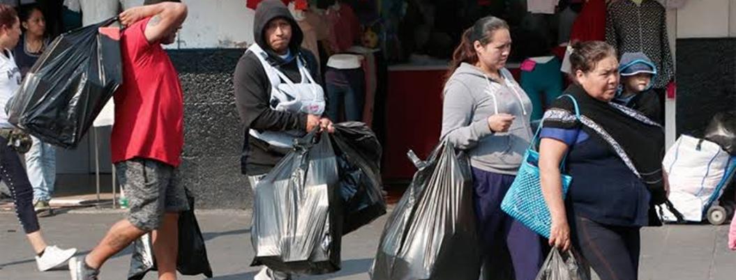 Ciudadanos se adaptan a un vida sin bolsas de plástico en CDMX