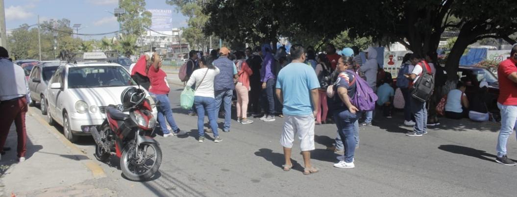 Maestros de CETEG se manifiesta por falta de pago en Chilpancingo