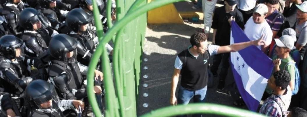 Muro policiaco frena el ingreso de caravana de migrante a México