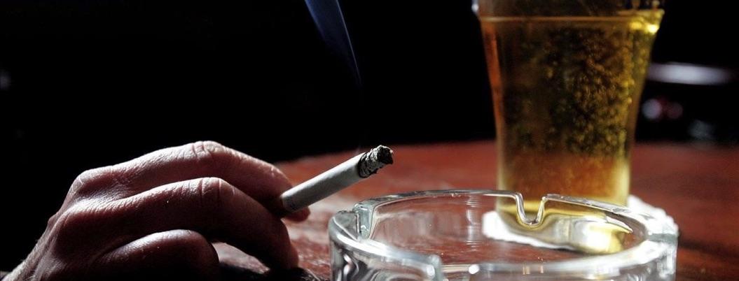Morena propone impuesto de 1 peso a cigarros y alcohol para Insabi