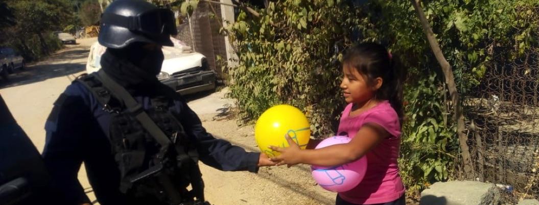 Policías estatales regalan juguetes en zona marginada de Acapulco