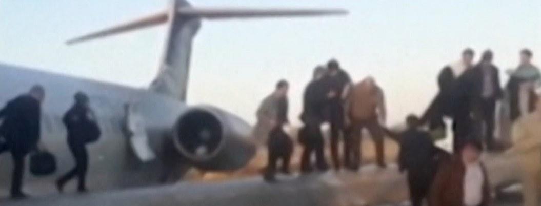 Avión iraní se despista y termina aterrizando en la calle| VIDEO