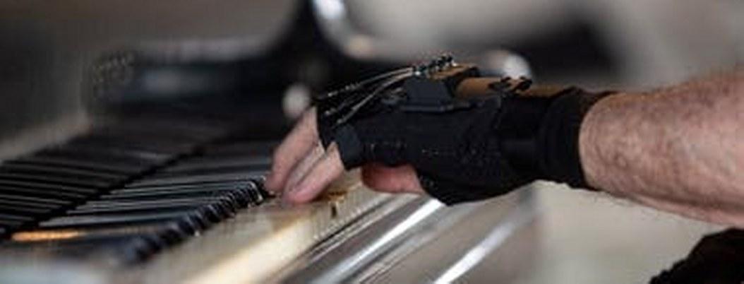 Guantes biónicos ayudan a pianista para volver a tocar