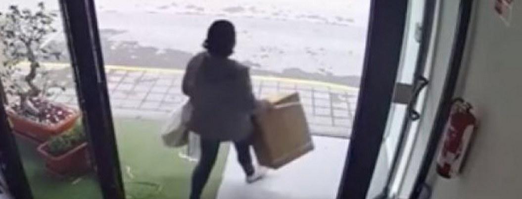 VIDEO  Exhiben a mujer que robó caja con vibradores