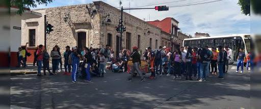 Normalistas bloquean avenidas en Morelia