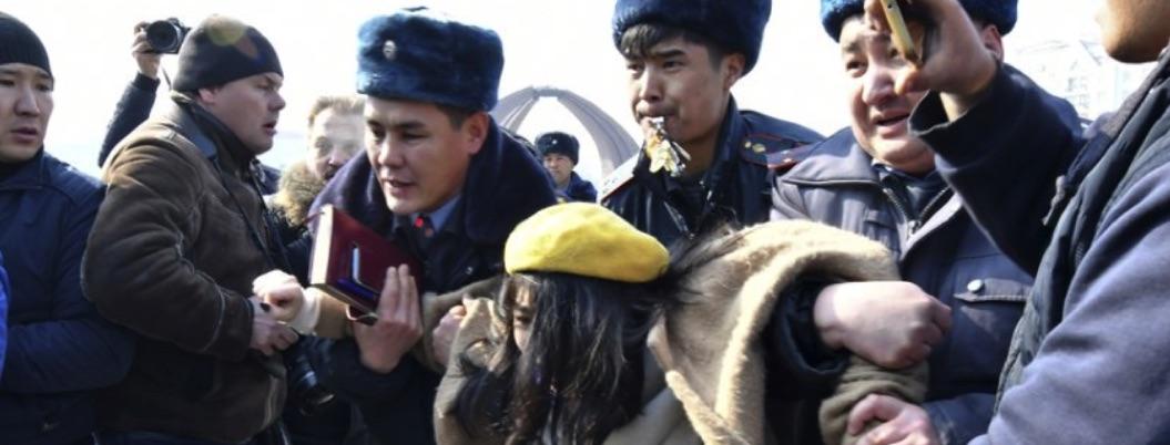 Grupo de choque y policía reprime protesta feminista en Kirguistán