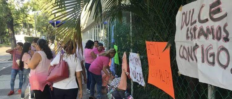 Monta bazar en Costera de Acapulco para salvar a su hija con cáncer