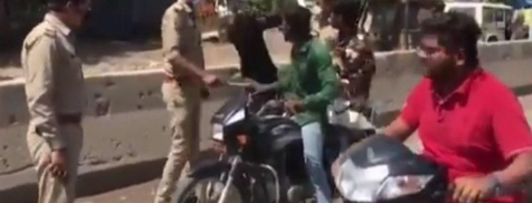 Policías golpean a transeúntes que no mantienen sana distancia