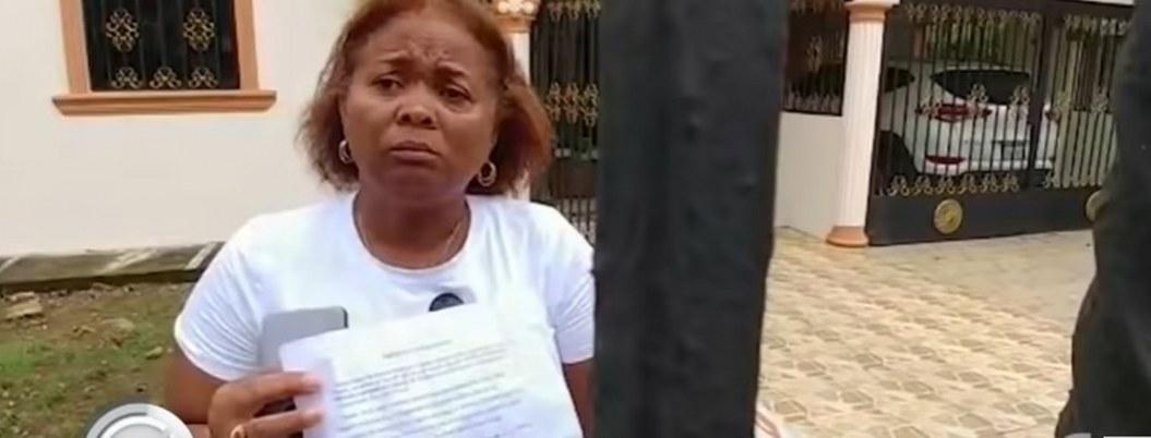 Mujer se enfrenta con las autoridades niega tener coronavirus