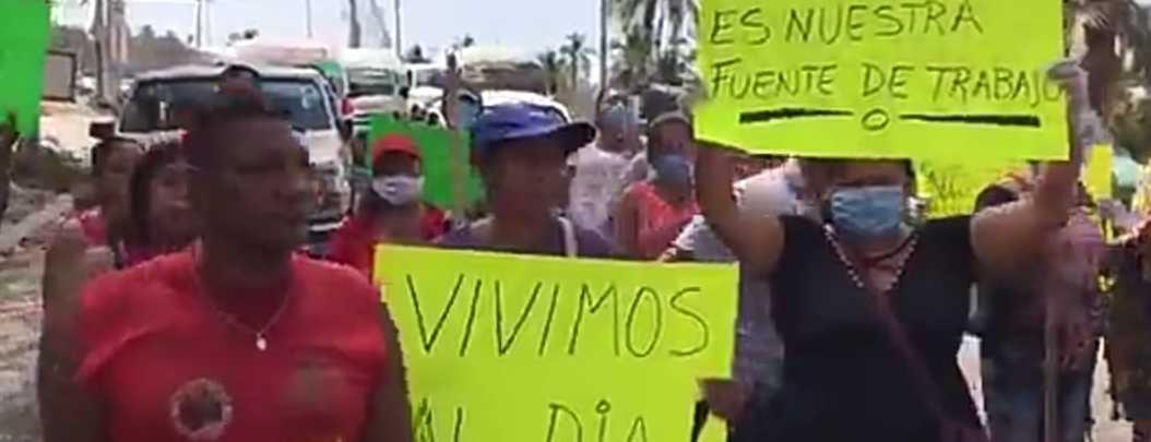 Vendedores de playa bloquean la Acapulco-Zihutanejo; exigen apoyos