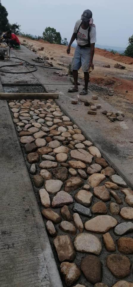 Pobladores construyen sus caminos con piedra en Guerrero 1