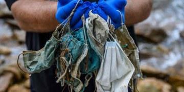 Los cubrebocas terminan como basura en playas de todo el mundo 5