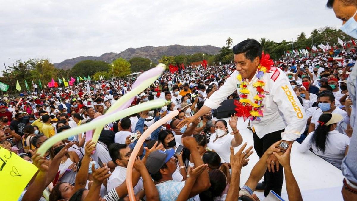 En Zihuatanejo un mar de gente salió a dar su apoyo a Mario Moreno y Jorge Sánchez 1