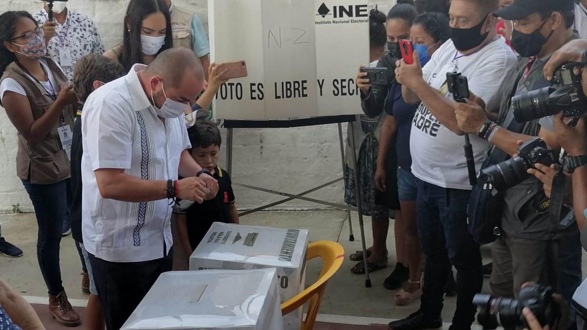 Ricardo Taja vota en La Venta, llama a decidir con libertad y confianza en Acapulco 1