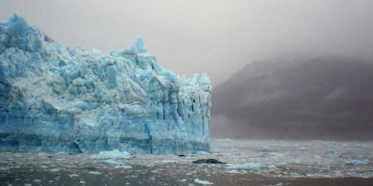 Iceberg se desprende y levanta a varios metros sobre el nivel del mar en Alaska 1