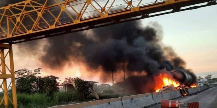 Se incendia pipa tras chocar en carretera federal de Tabasco 1