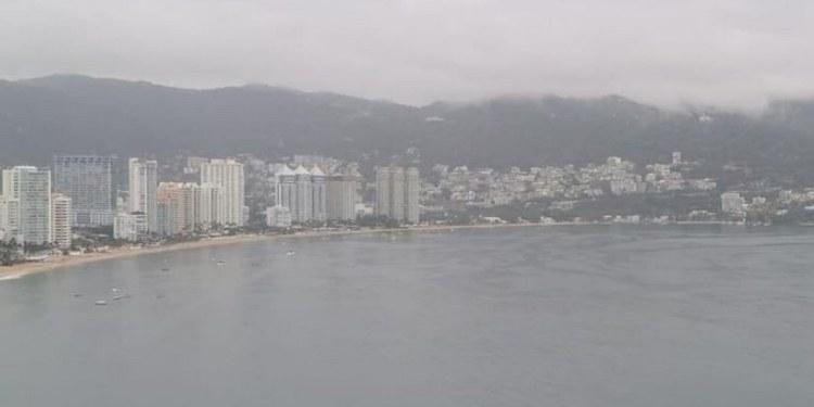 Rescatan a turistas en plena tormenta en playa de Acapulco 1