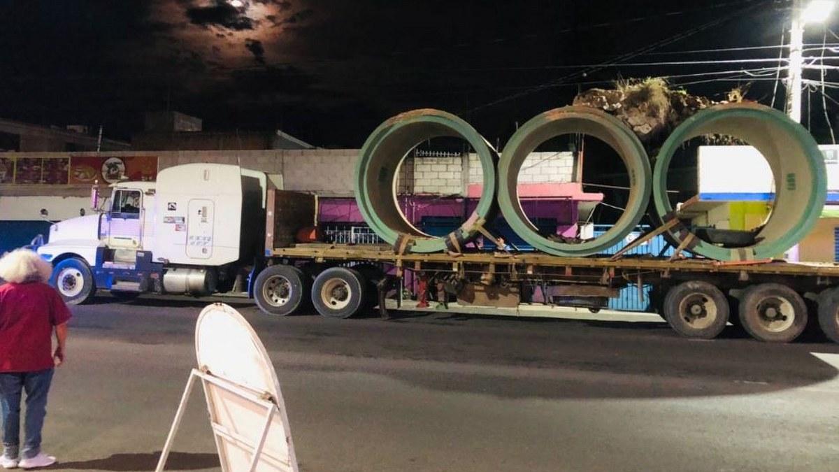Camión con tubos de concreto destruye arcos históricos en Morelos 2