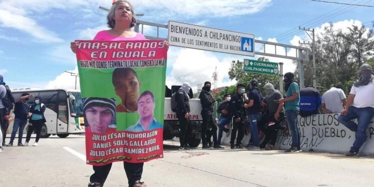 Normalistas de Ayotzinapa bloquean la Autopista del Sol en Chilpancingo 1