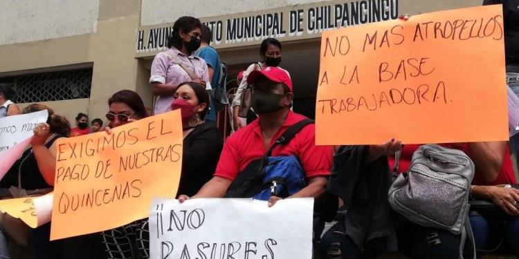 Empleados del Ayuntamiento de Chilpancingo bloquean calles del Centro; exigen salarios 1