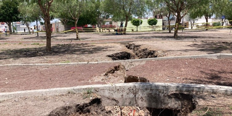 Se abre profunda grieta en parque de Celaya, Guanajuato 1