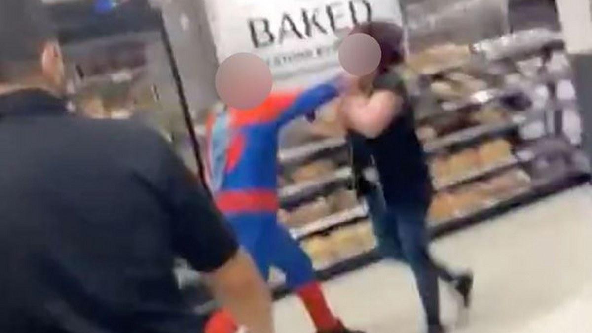 Spider-Man agarra a patadas a clientes y personal de una tienda; lo detienen |Fotos 2