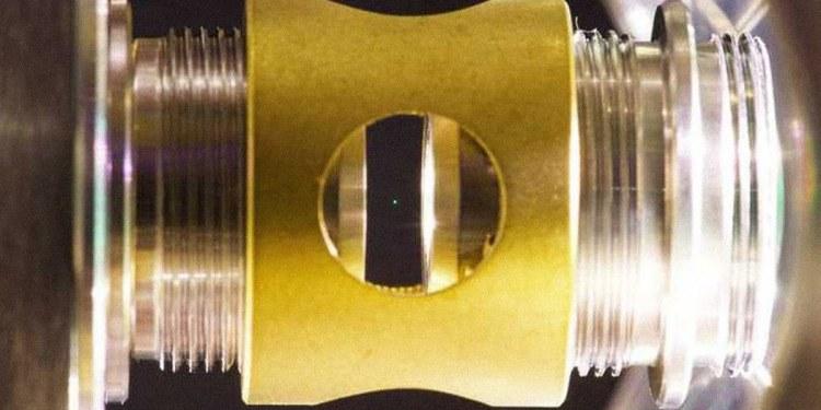 Logran hacer levitar una esfera de vidrio en el vacío cuántico 1