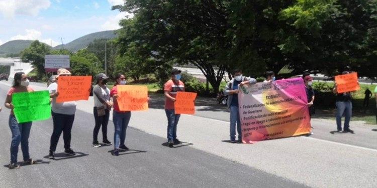 Chilpancingo: protestan en Autopista del Sol para exigir prestaciones laborales a la SEP 1