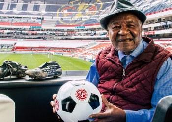 Lotería Nacional rifa palco en el Estadio Azteca; usa imagen de Arlindo dos Santos 1