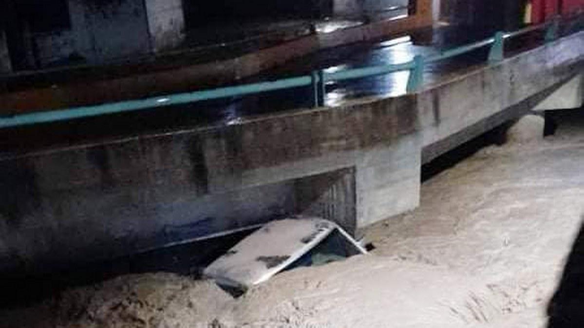 Tlacotepec, lluvias torrenciales arrastran vehículos y dañan barda de una escuela 2