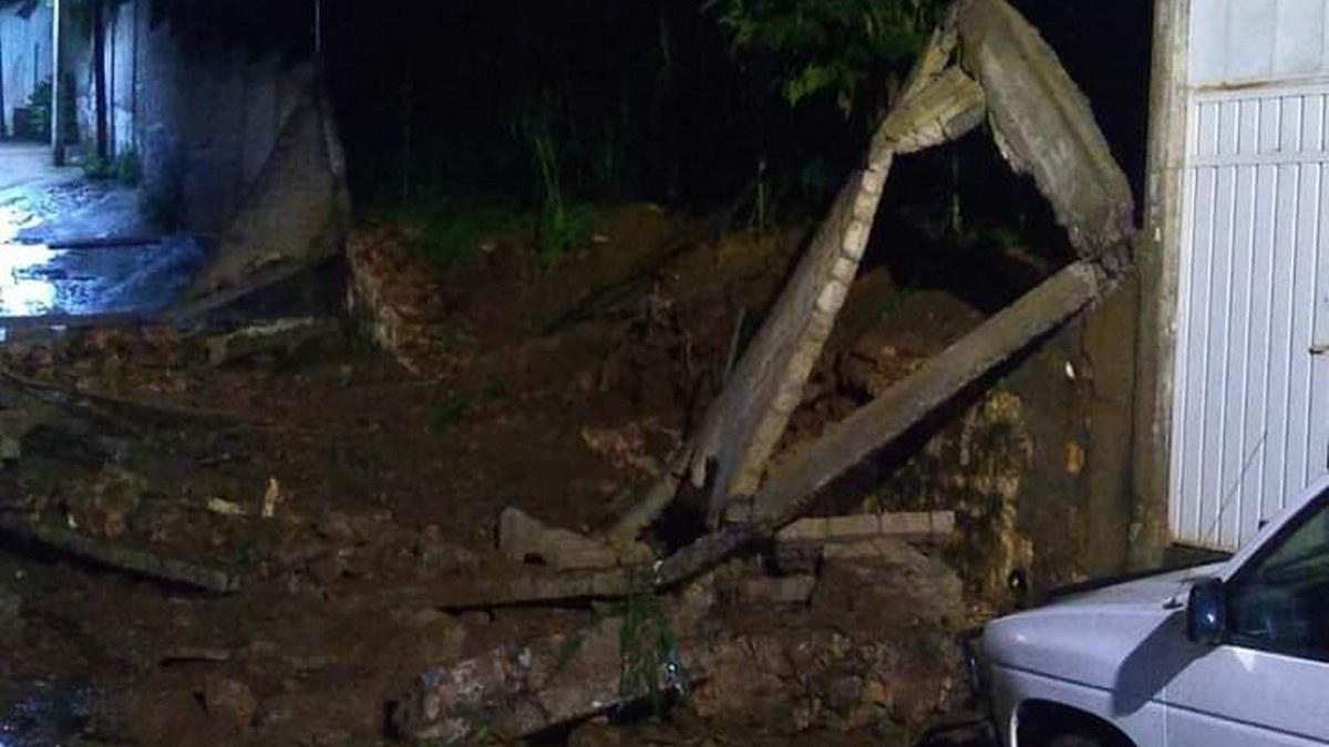 Tlacotepec, lluvias torrenciales arrastran vehículos y dañan barda de una escuela 1
