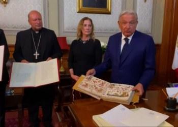 AMLO recibe copia de códice histórico y una carta del Papa Francisco por 200 años de Independencia 4