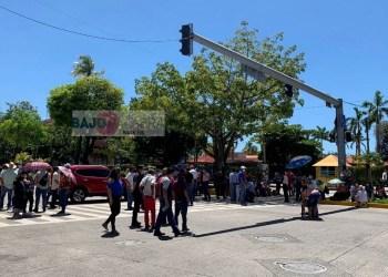 Trabajadores del Ayuntamiento bloquean la Costera de Acapulco 5