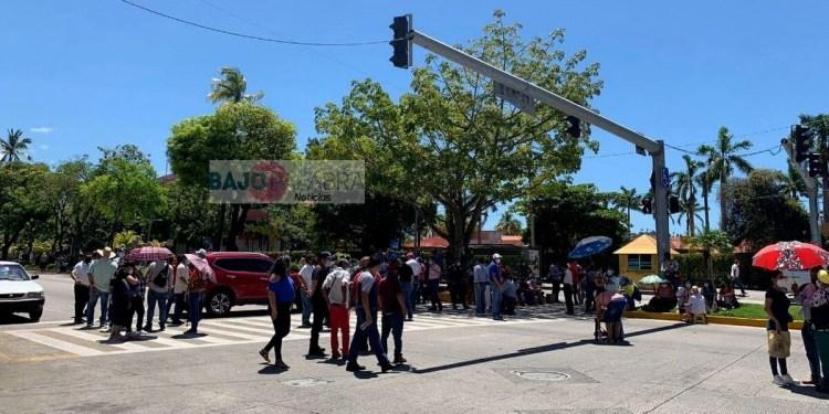 Trabajadores del Ayuntamiento bloquean la Costera de Acapulco 1