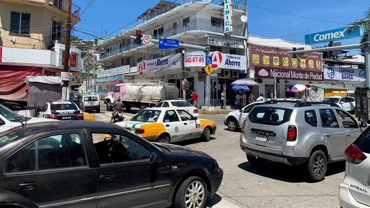 Trabajadores del Ayuntamiento bloquean la Costera de Acapulco 2