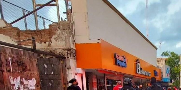 Se desploma techo en zapatería de Culiacán; personas quedaron atrapadas 1