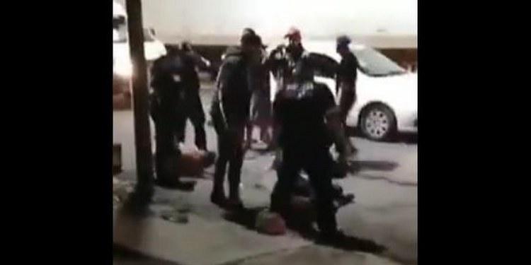 Pasajeros de combi golpean y dejan inconscientes a asaltantes   VIDEO 1