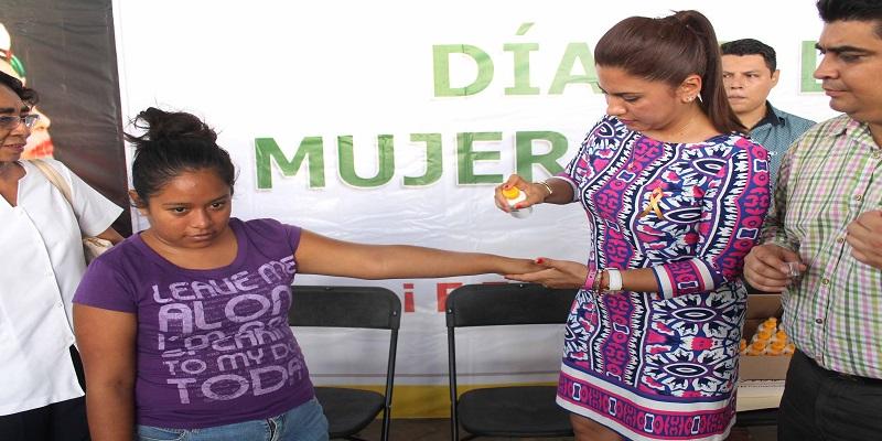 Regalan repelente a mujeres de Acapulco para prevenir zika
