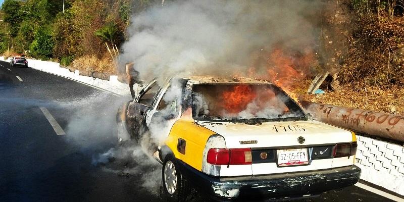 Mira cómo el fuego consumió este taxi en Acapulco
