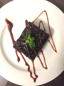 Brownie Biomassa com Caramelo e Flor de Sal.