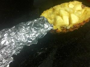 Como proteger a coroa do abacaxi para fazer o Suflê doce de coco na casca da fruta.