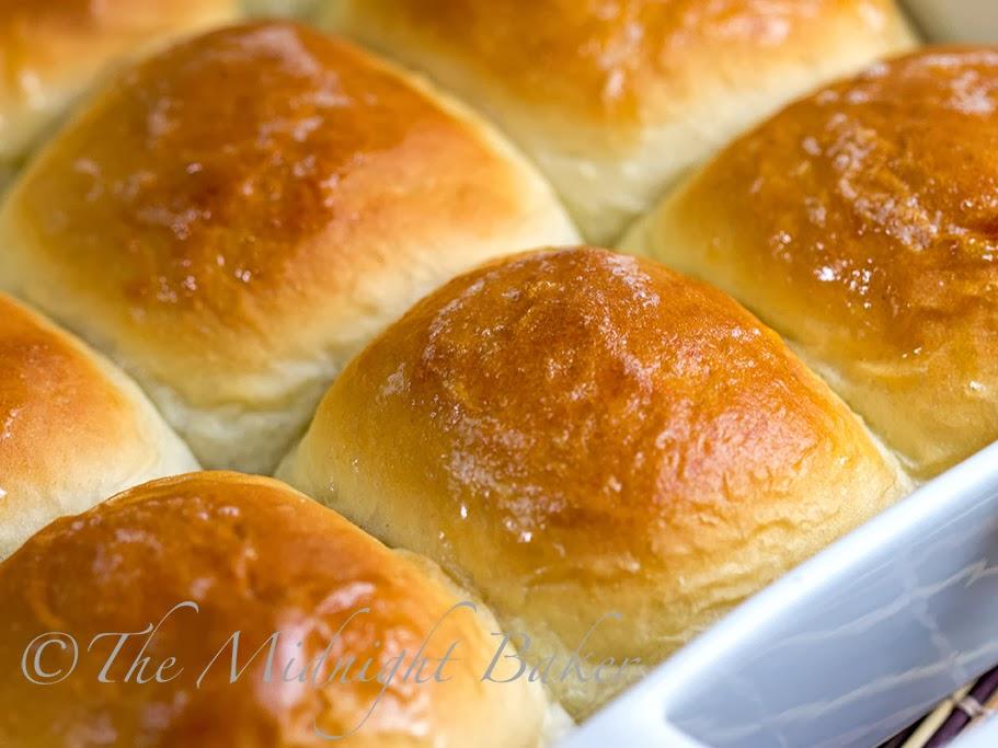Easy Hawaiian Rolls   bakeatmidnite.com   #YeastBreads #RollRecipes #CopycatHawaiianRolls