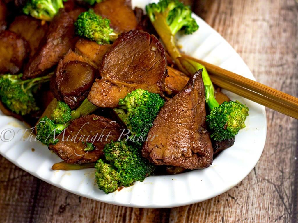 Chinese BBQ Pork with Broccoli | bakeatmidnite.com | #chinesebbqpork #chinesetakeout #porkandbroccoli