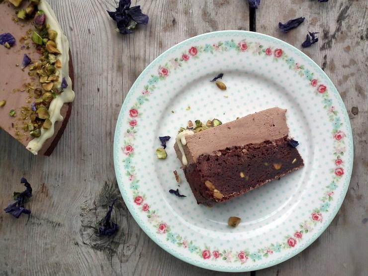 sjokolademoussekake_sjokoaldemousse_brownie_sjokoladekake_mousse_pistasjnøtter_kake_dessert_oppskrift_bakemagi_6
