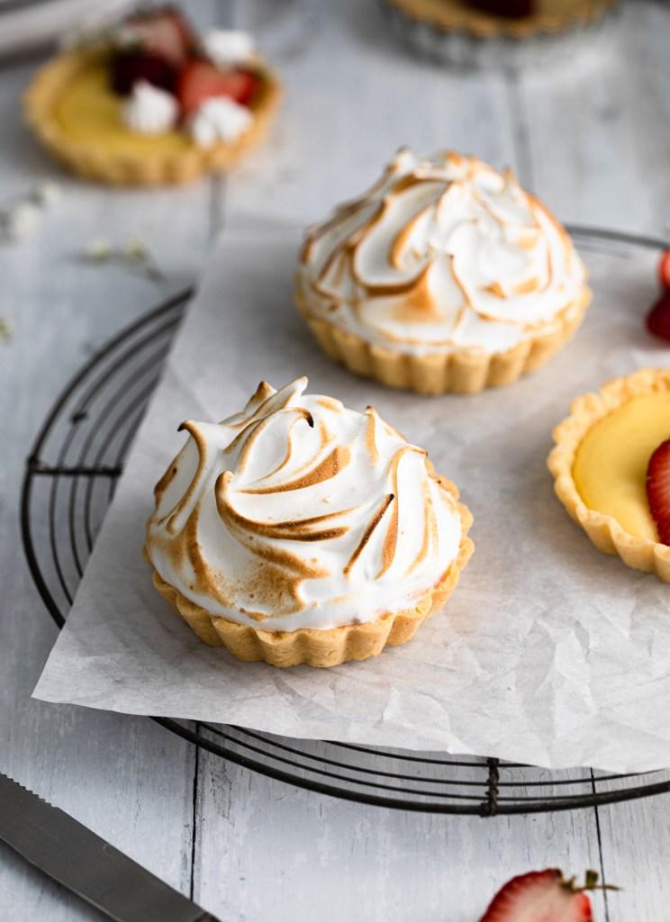 Mini lemon tarts with italian meringue and strawberries
