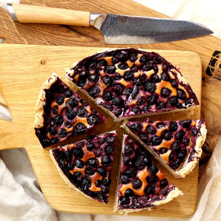 עוגת גבינה באסקית עם אוכמניות